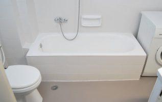 Ανακαίνιση μπάνιου βάφοντας πλακάκια και δάπεδο. Πριν και μετά.