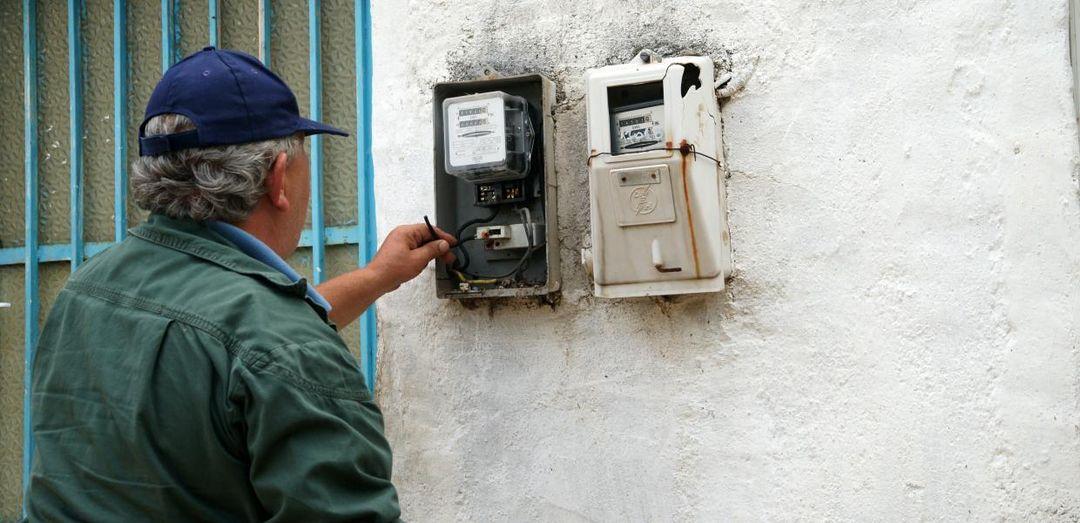 Ιδιωτικός υπάλληλος που εργάζεται πάνω στις διακοπές και επανασυνδέσεις ρεύματος... 1