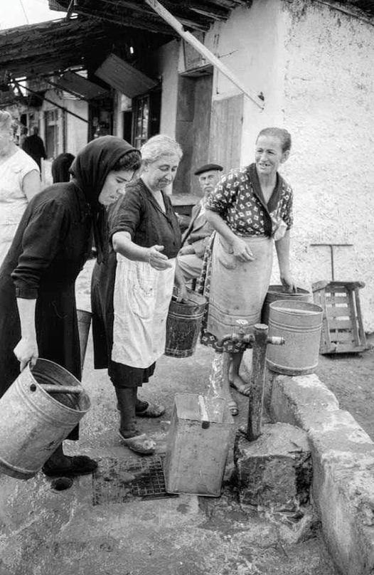 Το κουβάλημα του νερού με τενεκέδες στα σπίτια από την βρύση που υπήρχε στους δρ... 1