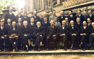 Είναι από το περιφημο συνεδριο του 1927 στις Βρυξέλλες στο οποίο συμμετείχαν 17 ... 4
