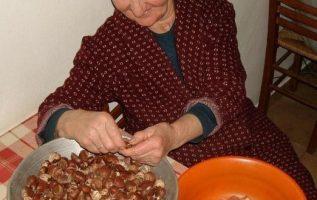 Αχ νοστιμιά η γιαγιά φτιάχνει κάστανο γλυκό !!... 2