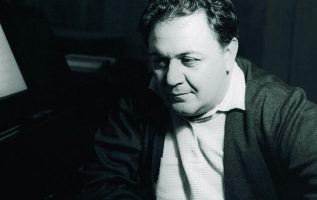 Ο σκηνοθέτης και συγγραφέας Λάκης Παπαστάθης γνώριζε καλά το Μάνο Χατζιδάκι. Εκτ... 2
