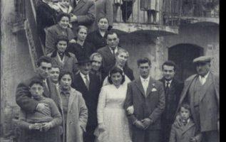 Αναμνηστική φωτό από γάμο από τα παλιά !!... 2