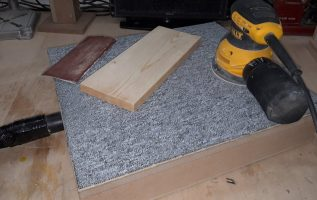 Board for wood sanding, with a dust collector.
