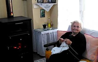 H καλοσυνάτη γιαγιά όλων μας, Πλέκει να περνάει τις ώρες της μοναξιάς της !!... 2