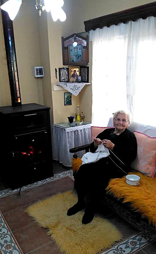H καλοσυνάτη γιαγιά όλων μας, Πλέκει να περνάει τις ώρες της μοναξιάς της !!... 1