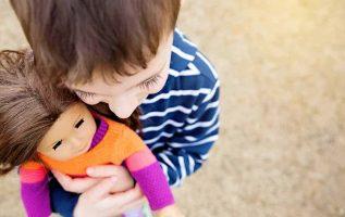 O μικρός Μανώλης θέλει μια κούκλα. Μία κούκλα για να παίζει.... 3