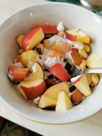 Καλημέρα με ένα υγιεινό πρωινό γιαούρτι με φρούτα και ξηρούς καρπούς!!!...