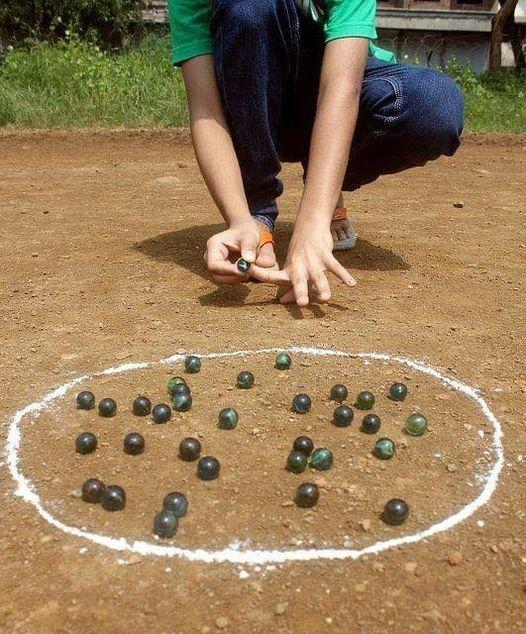 Στιγμές παιχνιδιού στην αλάνα με μπίλιες ,,γκάζες ,¨η βόλους χωμάτινους... 1