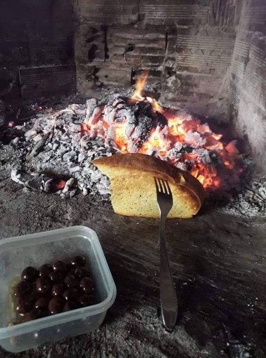 Ψωμάκι, ελιές, κρεμμύδι στο τζάκι και κρασάκι. Στα απλά κρύβεται η ομορφιά..... 1