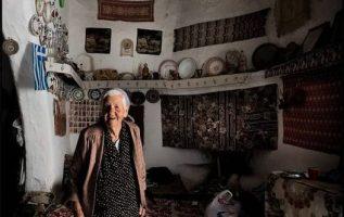 Η μάνα μου, μια άγια γυναίκα. Με υπομονή, μ' αντοχή κι όλη τη γλύκα της γης απάν... 5
