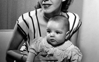Judy Garland and her daughter Liza Minnelli.... 2