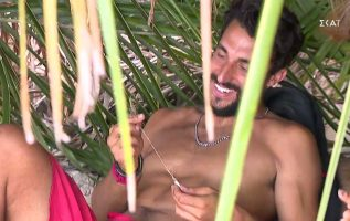 Survivor 2021 | Ο Αλέξης έδωσε μια καρδιά από πέτρα στον Σάκη για να τη δώσει δώρο στην Μαριαλένα
