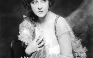 Ziegfeld Girl Fanny Brice (October 29, 1891 - May 29, 1951) photographed by Alfr... 5