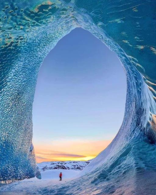 Ένα σπήλαιο πάγου στην Ισλανδία που μοιάζει με κύμα... 1