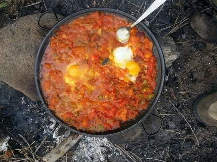 Αυγά με ντομάτα φρέσκια σε τηγανι πάνω στη φωτιά με ξύλα... 1