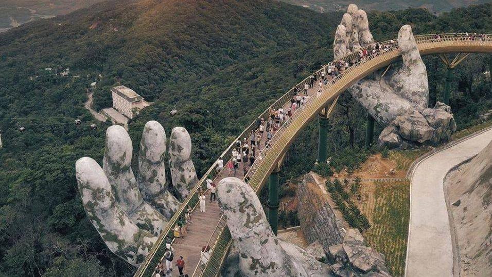 Γέφυρα στο Βιετνάμ, την οποία κρατούν 2 χρυσά χέρια.!!... 1