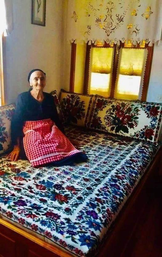 Η γιαγιά καμαρώνει στο νοικοκυρεμένο Μετσοβίτικο σπίτι της με τα υφαντά της !! Μ... 1