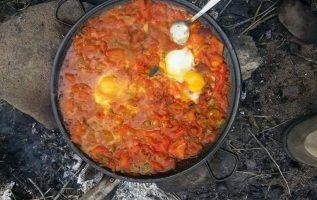 Αυγά με ντομάτα φρέσκια σε τηγανι πάνω στη φωτιά με ξύλα... 4