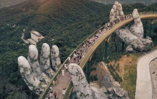 Γέφυρα στο Βιετνάμ, την οποία κρατούν 2 χρυσά χέρια.!!... 2