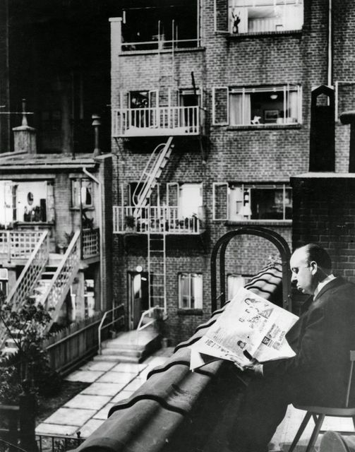 Alfred Hitchcock behind the scenes on Rear Window (1954).... 1