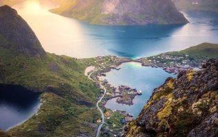 Ένα παραδεισένιο θέαμα του Reinebringen, στα νησιά Lofoten της Νορβηγίας....