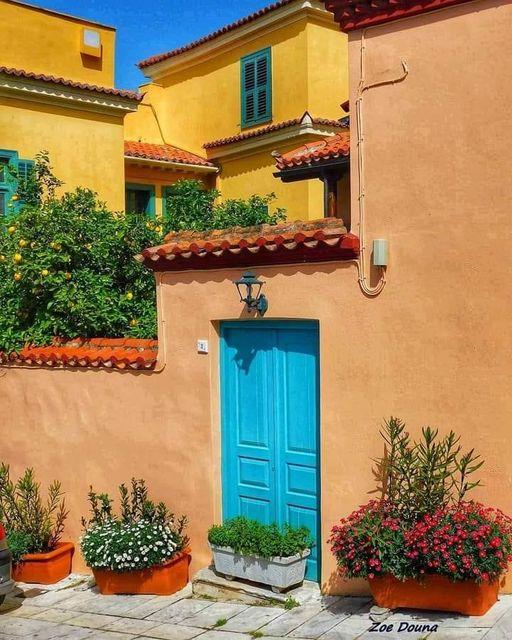 Ένα όμορφο αναπαλαιωμένο σπίτι στην Πλάκα... θυμίζει τις παλιές γειτονιές της Αθ... 1