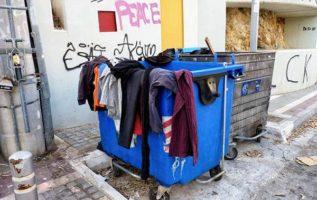 Αν θέλετε να δώσετε τα ρούχα σας σε κάποιον/α μην τα τοποθετείται σε κάδο σκουπι...