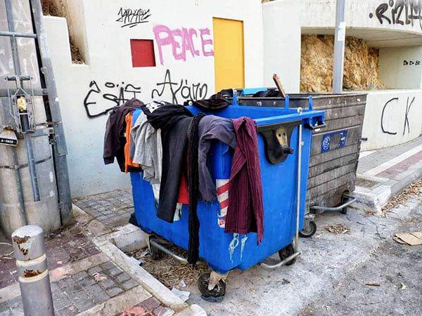 Αν θέλετε να δώσετε τα ρούχα σας σε κάποιον/α μην τα τοποθετείται σε κάδο σκουπι... 1