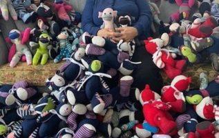 Αυτή η 83χρονη κυρία δημιούργησε από κάλτσες παιχνίδια για 1.100 φτωχά παιδιά πο...