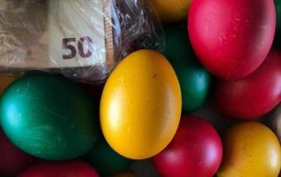 Η αιώνια ελληνίδα γιαγιά που πάντα θα βρει τρόπο για να σε ταΐσει χρωματιστά αυγ...