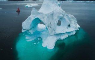 Καταπληκτική αψίδα παγόβουνου στη Γροιλανδία....