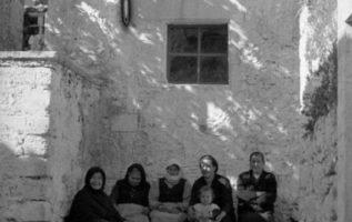 Οι καλές παλιές γειτονιές.  Ετσι καθόταν κ κάνανε μουχαμπέτι  !!...