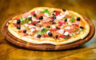 Συνταγή για τραγανή ζύμη πίτσας με δύο υλικά και χωρίς μαγιά...