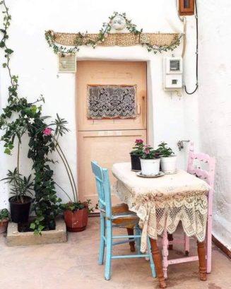 Τι όμορφη αυλή από τις απλές παλιές του σπιτιού !...