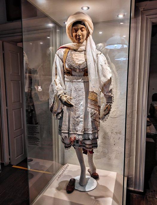 Για την ιστορία λοιπόν, η νυφική φορεσιά της Μυκόνου στοίχιζε 357 ελαιόδεντρα, τ... 1