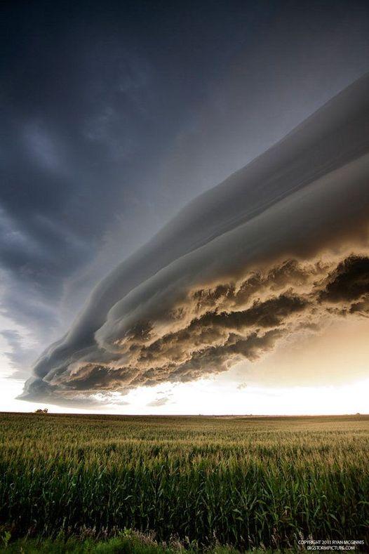 Εντυπωσιακό σύννεφο Arcus κυλάει πάνω από ένα χωράφι στα βόρεια του Kearney στη ... 1