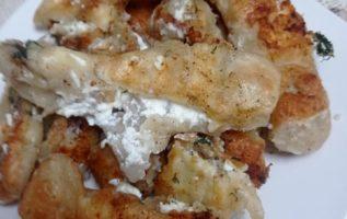 Ζυμαροπιτες στο τηγάνι με τυρί φέτα και γιαούρτι στραγγιστο.......