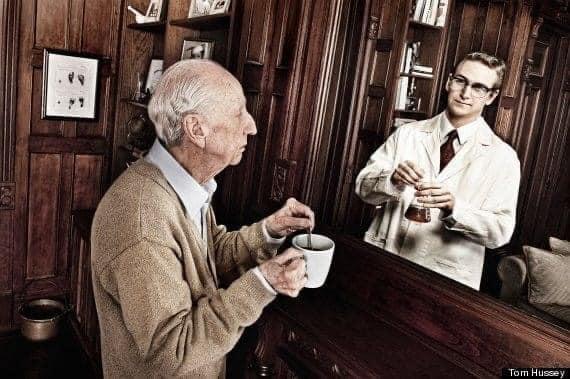 Ο υπάλληλος της τράπεζας δυσφορεί μπροστά στον ηλικιωμένο του πελάτη.... 1