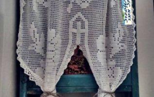 Το παλιό εικονοστάσι με το πλεχτό κουρτινάκι της γιαγιάς !!...