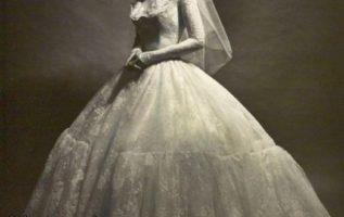 Υπέροχο το νυφικό  του 1960 όπως και η νύφη!!...
